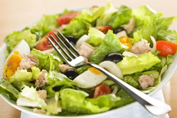 Салат с тунцом классический