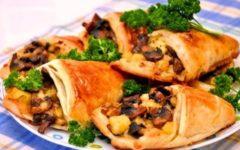 Конвертики с сыром из слоеного теста: рецепт с грибами