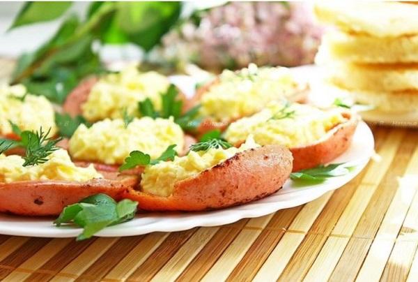 «Колбасные тарелочки» с сырной начинкой на праздничный стол